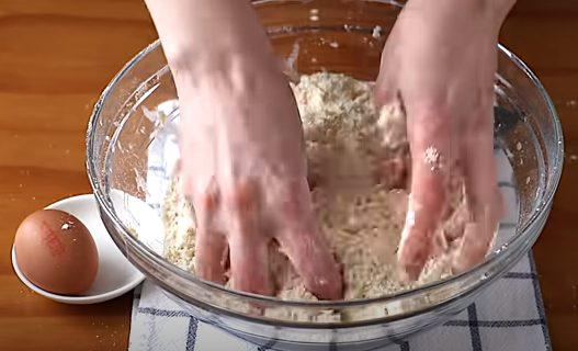 Se mezcla mantequilla con la masa
