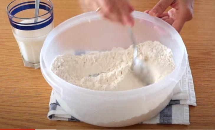 Remover harina, azúcar y sal con una cucharilla
