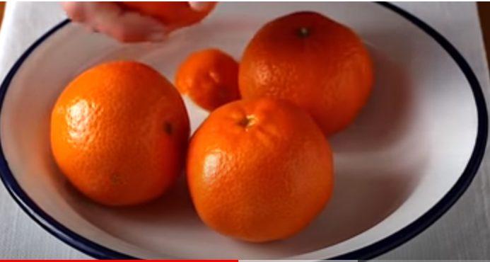 Pelando las mandarinas