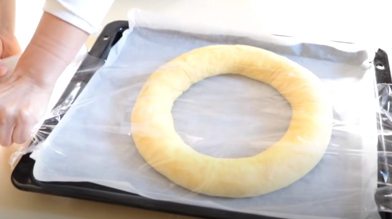 Roscón cubierto con film transparente