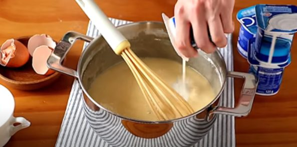 Agrega los yogures a la mezcla