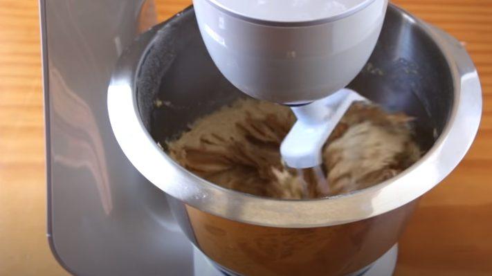 Agregar a la mezcla la crema de cacahuates y remover