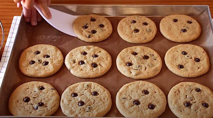 Con una espátula colocar las galletas en una rejilla