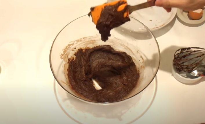 Añadiendo cacao a la mezcla