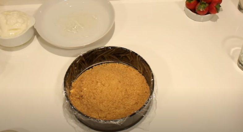 Rellenando el molde con la galleta triturada