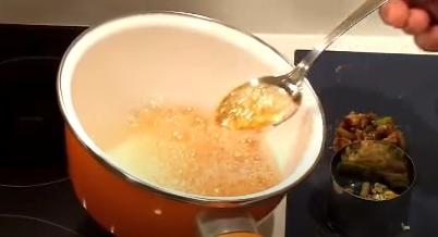 Echando el caramelo en los moldes