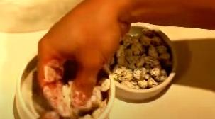 Pasando las pasas por harina
