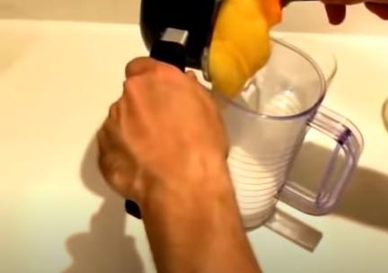 Agregando la crema en un recipiente