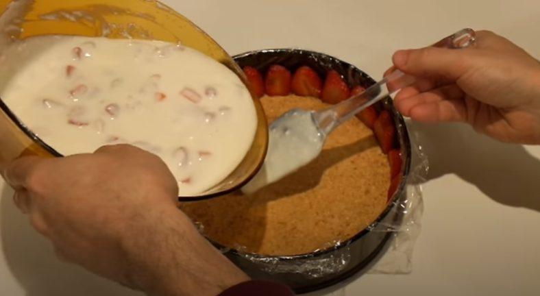 Echando la mezcla en el molde
