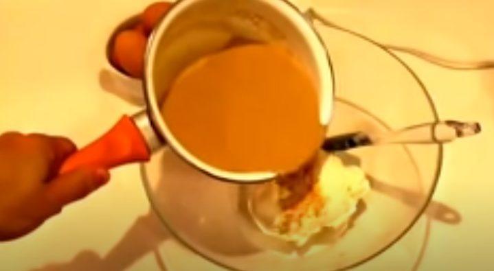 Agregando la crema de café al queso