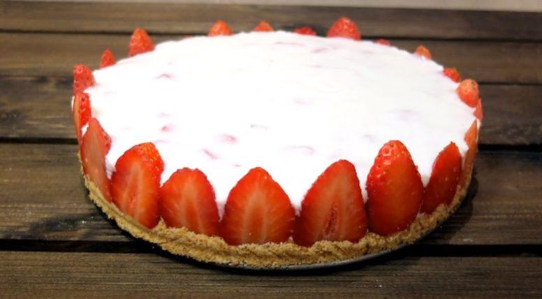 Tarta de yogur y fresas lista