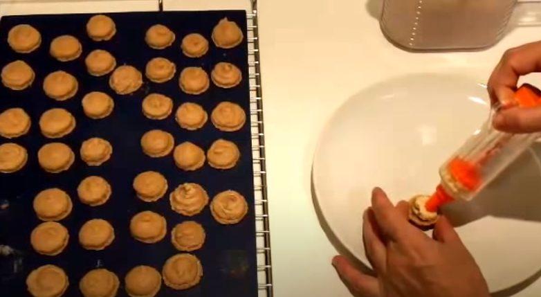 Rellenando los macarons con crema