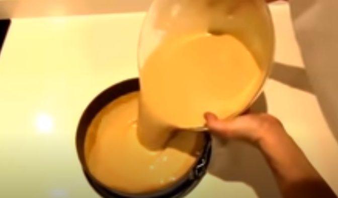 Echando la crema en el molde