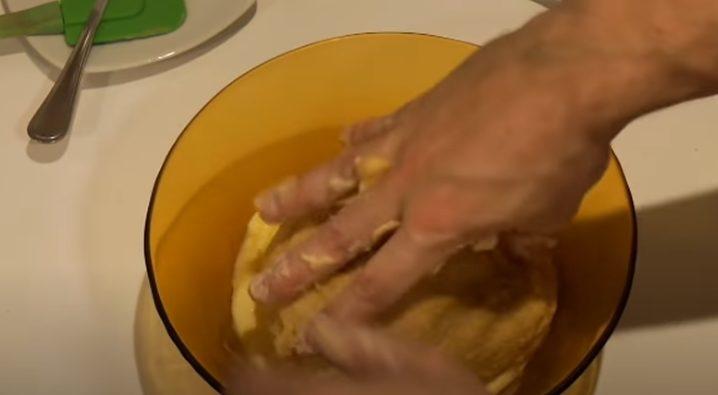 Colocando la bola de masa en la mantequilla